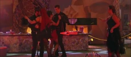 Emilly tenta não olhar para Marcos que dança com Elettra em festa no BBB 17