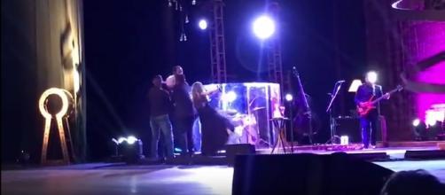 Sandy quase caiu após fã invadir palco durante show no Recife (Foto: Reprodução/Vídeo)