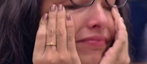 """Emilly chora ao terminar com Marcos; brincadeira sobre gravidez e mandinga para reatar romance. Confira as últimas do """"BBB"""""""