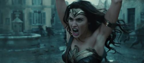Mulher maravilha aparece sem pelos na axila em trailer de filme (Via: Youtube)
