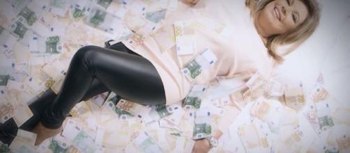Terelu campos en una cama con billetes de 500 euros.