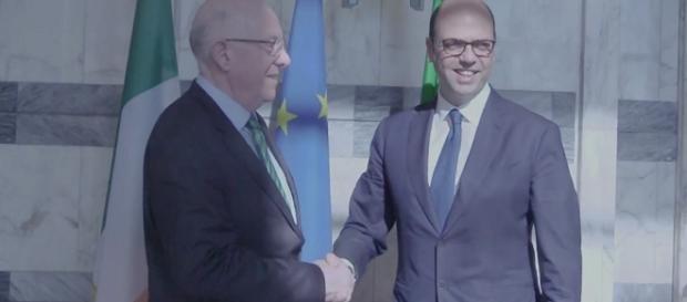 Il ministro irlandese Charles Flanagan e il collega italiano Angelino Alfano