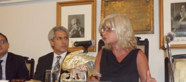 O deputado federal Alessandro Molon e a vice-presidente do IAB, Rita de Cássia Sant'Anna Cortez. (Foto: José Moutinho)