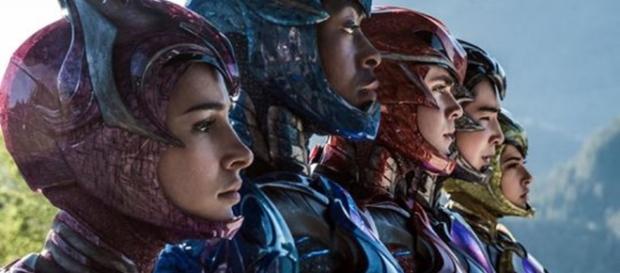 Os cinco Power rangers em uma nova roupa de luta
