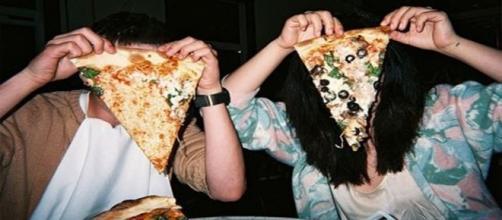Casal flagrado em pizzaria pretende continuar se exibindo