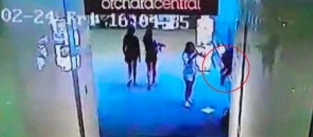 Adolescente caiu no vão de um shopping center