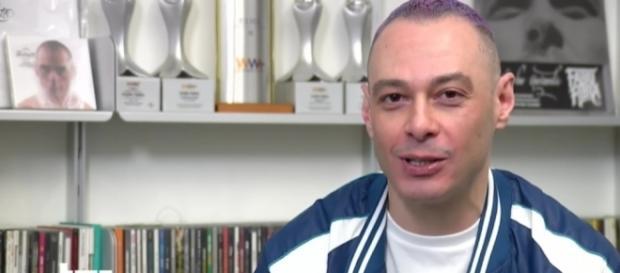 Fabri Fibra durante il servizio del TG1 curato da Vincenzo Mollica.