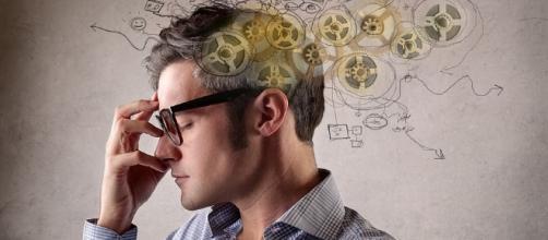 A teoria do pensamento positivo aponta benefícios para as pessoas