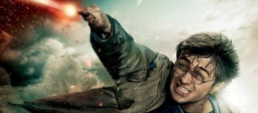 Pôster do filme Harry Potter e as Relíquias da Morte. Harry enfrenta Lord Voldemort.