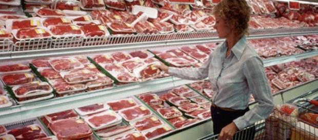 A economia brasileira sofre com restrições feitas à exportação da carne do país