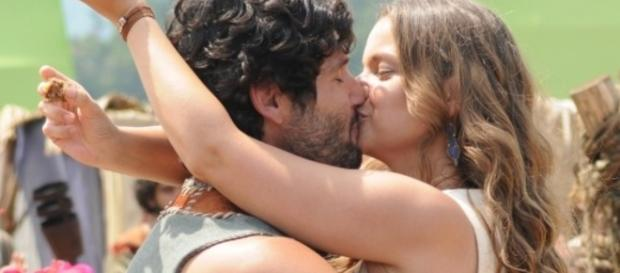 Asher beija Joana e a pede em casamento na novela 'O Rico e Lázaro'