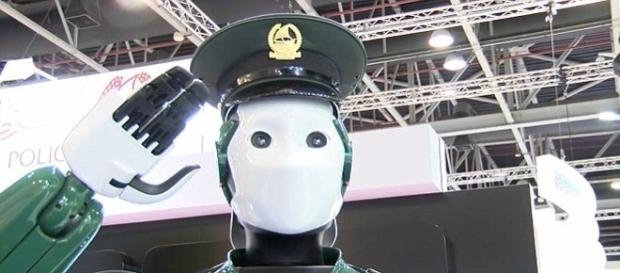Governo pretende substituir humanos por robôs em todas as delegacias de Dubai, até 2030 (Ruptly TV)