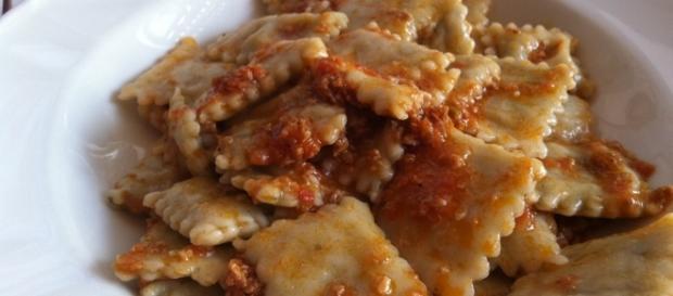 Ravioli ripieni di carne conditi col ragù - lucadea.com