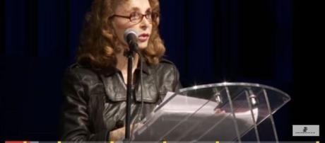Jornalista com mestrado em Stanford, acredita que extraterrestres não se importam com os humanos (Youtube)
