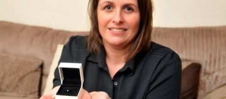 A noiva Sally Thomson ficou chocada ao encontrar um diamante dentro de um ovo de galinha