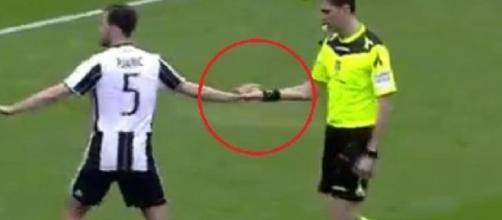 La stretta di mano tra Pjanic e Tagliavento in Sampdoria-Juventus