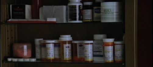 Médicaments dans une pharmacie de salle de bain