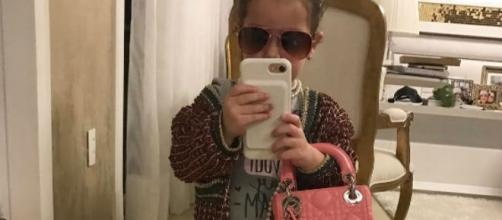 Thyane Dantas posta foto da filha com bolsa de R$8 mil