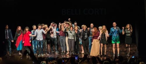 Una foto di gruppo con gli attori e gli autori dei testi