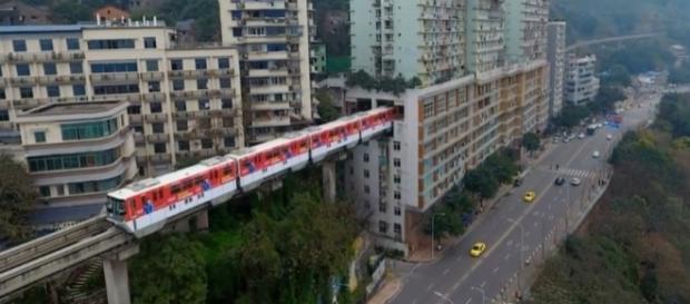 Gestores chineses construíram um trilho que passa por dentro de um edifício (Crédito: YouTube/PatrynWorldLatestNew)