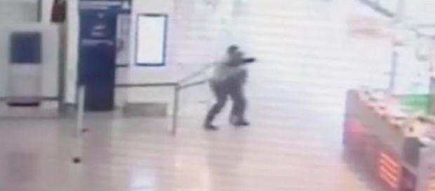 VIDEO: Les images CHOCS de la fusillade à Orly