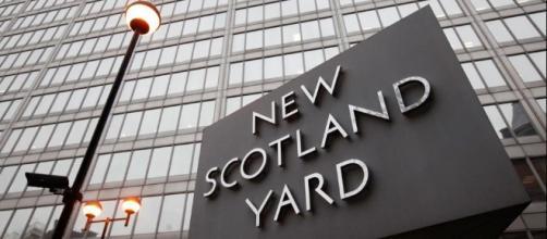 Attentato a Londra, uomo si lancia sulla folla con un suv e tenta di penetrare in Parlamento
