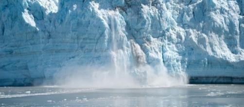 Glacier calving, Pixabay Schmid-Reportagen https://pixabay.com/en/alaska-glacier-ice-calving-566722/