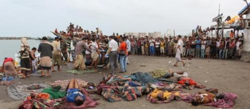 Il soccorso ai superstiti somali dopo l'affondamento del barcone in fuga dallo Yemen