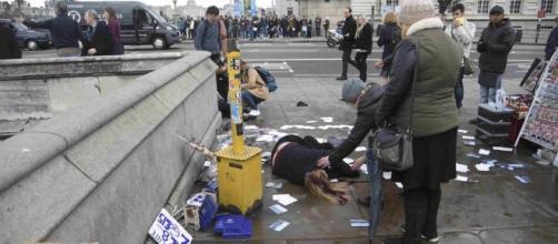 La scena dopo l'attentato andato in scena a Londra.