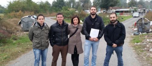 Maurizio Marrone, il secondo a sinistra, con i suoi collaboratori durante un sopralluogo nei campo rom di Torino.