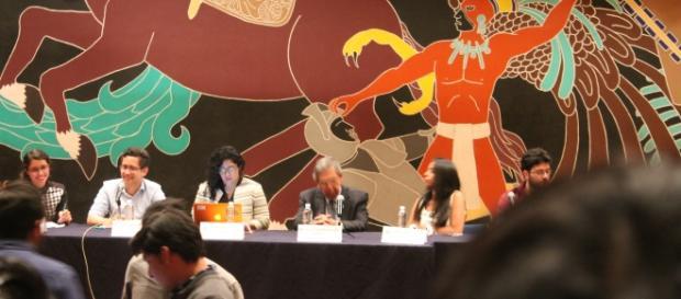 Cuauhtémoc Cárdenas en conferencia en la UNAM