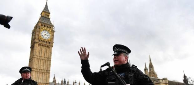 Um polícia foi esfaqueado e morto ao tentar impedir que o terrorista entrasse no Parlamento inglês.