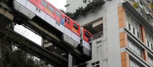 Cina, il metrò di Chongqing che passa al sesto piano di un ... - corriere.it