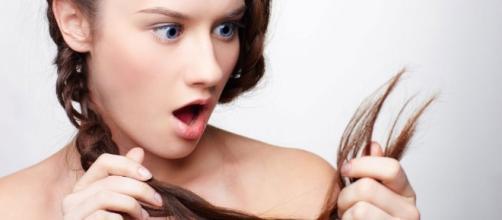 menina vendo as pontas duplas de seus cabelos