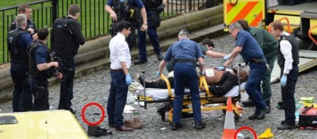 O suposto terrorista chegou receber tratamento médico, enquanto duas facas estão no chão. (Foto: PA/BBC News)
