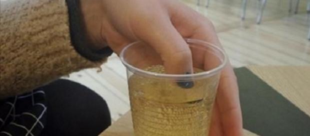 Pesquisadores inventaram esmalte capaz de detectar drogas em bebidas batizadas