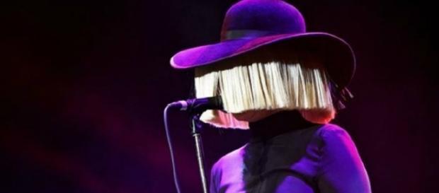 Sia habitualmente atua com o rosto coberto