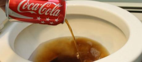 Desentupir vasos sanitários é uma das utilidades da Coca-Cola