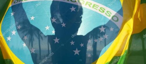 Palmeiras de silhueta brilhante bandeira brasileira — Fotografias ... - depositphotos.com