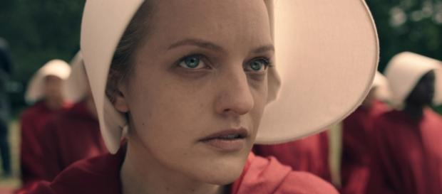 Elizabeth Moss prepares to fight off her oppressors / Photo via Hulu releases first trailer for The Handmaid's - thefourohfive.com