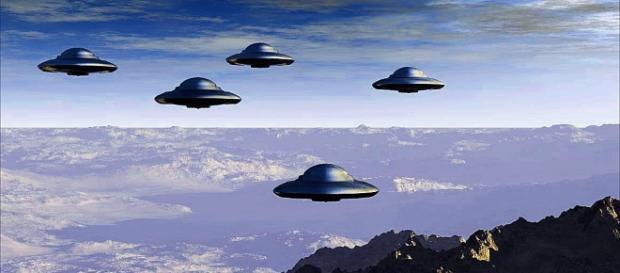 Immagine di fantasia di una formazione di 'dischi volanti' in volo