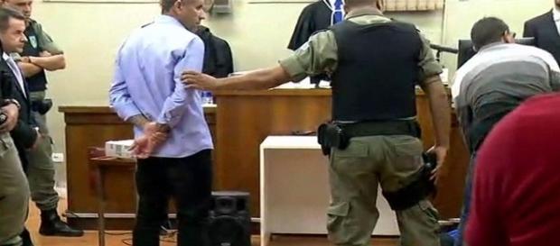 Na imagem o momento em que um dos acusados desmaia diante do tribunal.