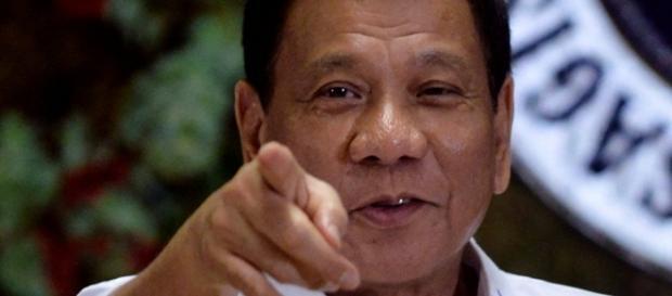 Rodrigo Duterte afirmou que se dependesse dele, enforcaria politicos do Parlamento Europeu que se intromentem em sua campanha de combate ao crime