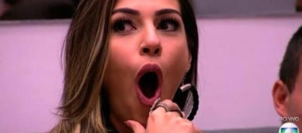 Vivian se assusta com parte do corpo de Daniel.