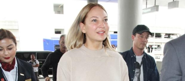 Whoa! Sia finally removes her wig for an airport stroll - linkwaylive.com