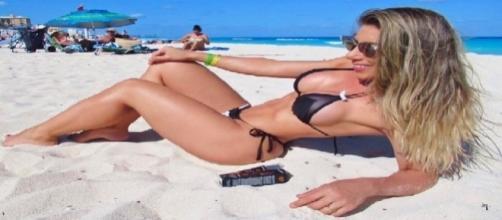 Rainha da Gaviões da Fiel Tati Minerato se bronzeia em Cancún