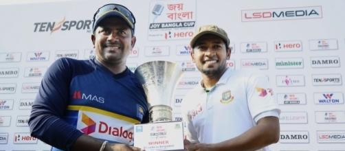 Rangana Herath and Mushfiqur Rahim pose with the trophy (Youtube screen grab)