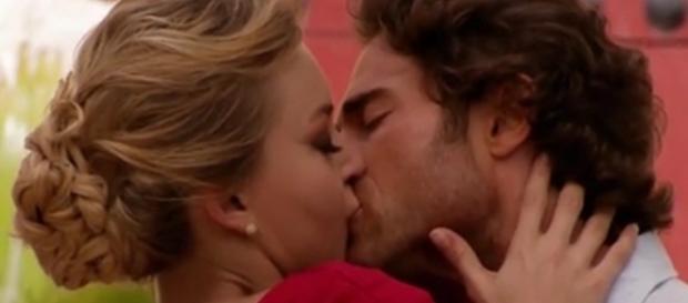Alessandro e Montserrat se reconciliam e fazem amor (Foto: Reprodução/Televisa)
