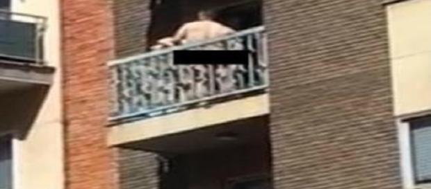 Casal fazendo sexo na varanda.