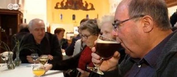Igreja começa a servir cerveja para os fiéis